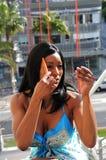 Frau, die Haar kämmt Lizenzfreies Stockfoto