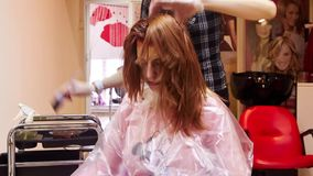 Frau, die Haarschnitt und die Färbung erhält stock video