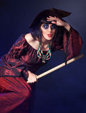 Frau, die Halloween-Hexe trägt Lizenzfreie Stockbilder