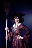 Frau, die Halloween-Hexekostüm trägt Stockbilder