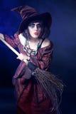 Frau, die Halloween-Hexekostüm trägt Lizenzfreie Stockbilder