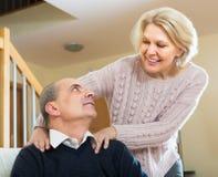 Frau, die Hals zum Ehemann massiert Lizenzfreie Stockfotos