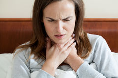 Frau, die Halsschmerzen hat lizenzfreies stockfoto