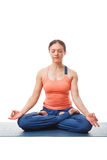 Frau, die in Haltung Yoga asana Padmasana Lotus meditiert Lizenzfreie Stockfotos