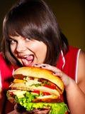 Frau, die Hamburger isst. Lizenzfreies Stockfoto