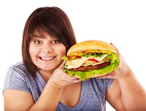 Frau, die Hamburger isst. Stockbild