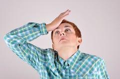 Frau, die Hand auf Kopf schlägt Lizenzfreies Stockbild