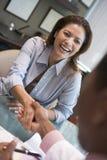 Frau, die Hand des Doktors an der IVF Klinik rüttelt Stockbilder