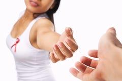 Frau, die Hand für AIDS- oder Brustkrebsursache gibt Stockbilder