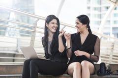 Frau, die Handfinger für Versprechen oder Freundschaft zeigt Lizenzfreie Stockfotografie