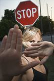 Frau, die Handgesten bildet. Lizenzfreie Stockfotografie