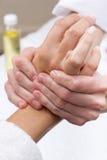 Frau, die Handmassage am Schönheitsbadekurort genießt Stockfoto
