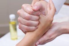 Frau, die Handmassage am Schönheitsbadekurort genießt Lizenzfreies Stockbild