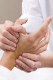 Frau, die Handmassage am Schönheitsbadekurort genießt Stockfotos