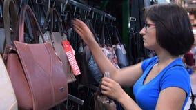Frau, die Handtasche im Speicher wählt stock video footage