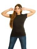 Frau, die Handvzeichenmaske mit leerem schwarzem Hemd macht Lizenzfreies Stockfoto
