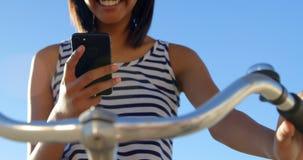 Frau, die Handy auf dem Strand 4k verwendet stock video footage