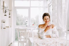 Frau, die Handy im Café verwendet Weibliche Hand mit Smartphone und Kaffee Stockbilder