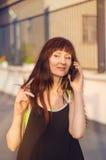 Frau, die am Handy im streen spricht Lizenzfreies Stockbild