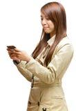 Frau, die Handy sms verwendet lizenzfreie stockfotos