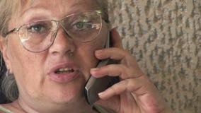 Frau, die Handy verwendet stock video footage