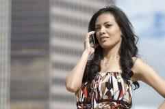 Frau, die Handy verwendet Stockfoto