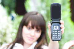 Frau, die Handy zeigt lizenzfreies stockfoto