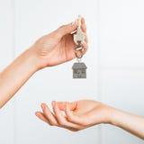 Frau, die Hausschlüssel empfängt Lizenzfreies Stockbild