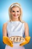 Frau, die heiße italienische Torte anhält stockfotografie