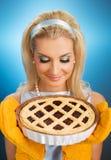 Frau, die heiße italienische Torte anhält lizenzfreies stockbild