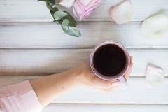 Frau, die heiße Tasse Tee auf einem hölzernen Hintergrund hält Morgen, Getränk, Bruch Lizenzfreies Stockfoto