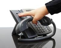 Frau, die herauf das Telefon hängt Lizenzfreie Stockbilder