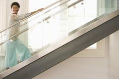 Frau, die herauf Treppe geht Stockfoto