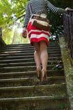 Frau, die herauf Treppen geht Stockfoto