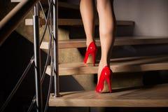Frau, die herauf Treppen geht Lizenzfreie Stockfotos