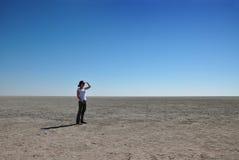 Frau, die heraus über Etosha Wanne schaut Stockfoto