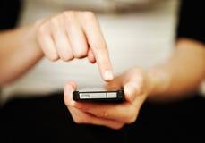 Frau, die heraus auf einem smartphone texting oder gewählt worden sein würden Lizenzfreies Stockbild