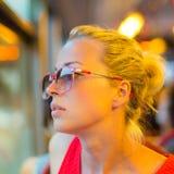 Frau, die heraus das Fenster der Tram schaut Lizenzfreies Stockbild