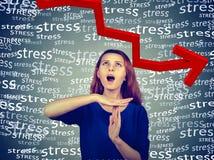 Frau, die heraus das Handzeichen der Zeit, schreiend, um Druck zu stoppen zeigt Lizenzfreies Stockbild