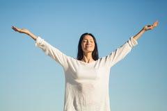 Frau, die heraus ihre Arme ausdehnt Lizenzfreies Stockfoto