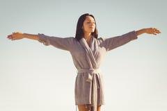 Frau, die heraus ihre Arme ausdehnt Lizenzfreie Stockfotos