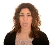 Frau, die heraus ihre Zunge haftet stockbilder
