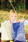 Frau, die heraus Tascheninhalt überprüft Stockbilder