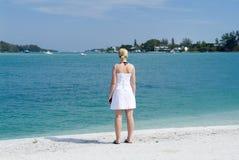 Frau, die heraus zum Meer schaut Stockfoto
