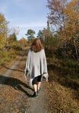 Frau, die in Herbst geht lizenzfreie stockfotos