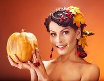 Frau, die Herbstfrucht hält. Stockbilder