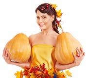 Frau, die Herbstkürbis hält. Stockfotos