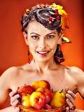 Frau, die Herbstkorb hält. Lizenzfreie Stockbilder