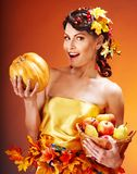 Frau, die Herbstkorb hält. Stockbild