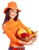 Frau, die Herbstkorb hält. Lizenzfreie Stockfotos